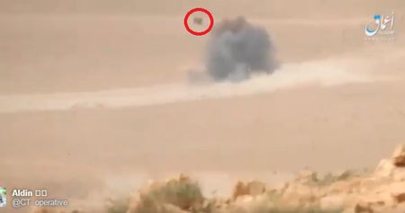 Khoanh khac xe tang T-62M bi xe xac o Syria - Anh 3