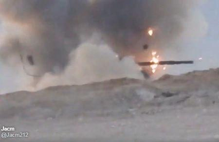 Khoanh khac xe tang T-62M bi xe xac o Syria - Anh 4