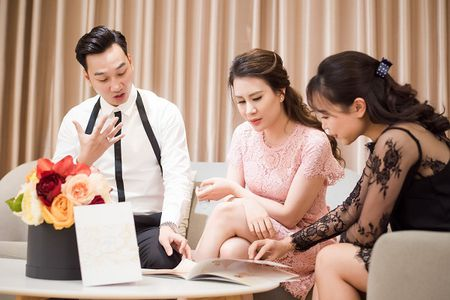 MC Thanh Trung dua vo di thu vay truoc hon le - Anh 2