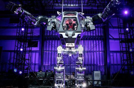 Video CEO Amazon - Jeff Bezos khoai chi cuoi robot 'Avatar' - Anh 1