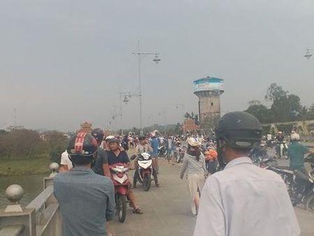 Thua Thien Hue: De lai xe may tren cau, nguoi dan ong lao xuong song Huong tu van - Anh 1