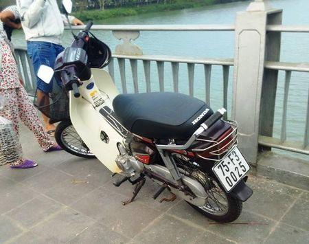 Thua Thien Hue: De lai xe may tren cau, nguoi dan ong lao xuong song Huong tu van - Anh 2