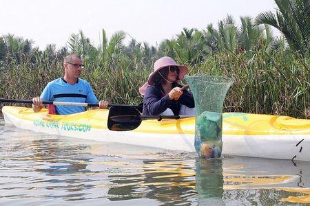 Khach Tay mua tour 10 USD de duoc cheo thuyen… vot rac tren song Hoai, Hoi An - Anh 11