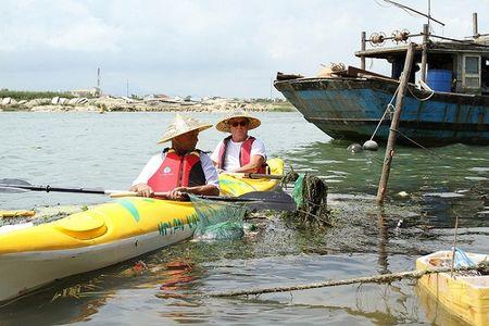 Khach Tay mua tour 10 USD de duoc cheo thuyen… vot rac tren song Hoai, Hoi An - Anh 21