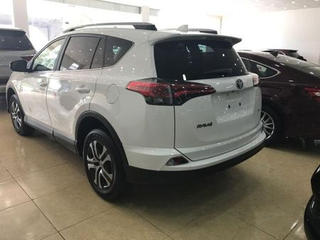 SUV co nho - Toyota RAV4 2017 dau tien tai Viet Nam co gia 2 ty dong - Anh 2