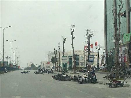 Hang chuc xe may nam la liet tren duong do giong loc - Anh 1