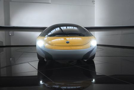 Xe bay AeroMobil tri gia 1 trieu USD ban ra nam 2020 - Anh 1