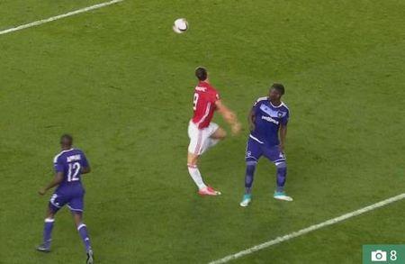 Ibrahimovic phai nghi 1 nam vi chan thuong, tuong lai o Man United vo dinh - Anh 2