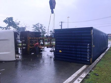 Xe container om cua lat chan ngang duong trong con mua - Anh 3