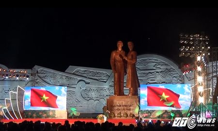 Binh Dinh khanh thanh tuong dai ky niem 127 nam ngay sinh Chu tich Ho Chi Minh - Anh 1