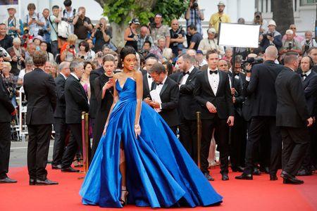 Nguoi mau bach tang tu tin khoe dang tai Cannes - Anh 1