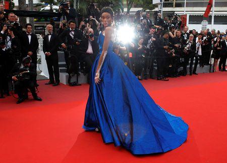 Nguoi mau bach tang tu tin khoe dang tai Cannes - Anh 3