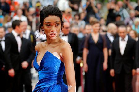 Nguoi mau bach tang tu tin khoe dang tai Cannes - Anh 4