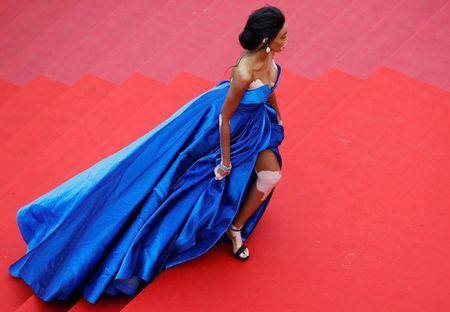 Nguoi mau bach tang tu tin khoe dang tai Cannes - Anh 5