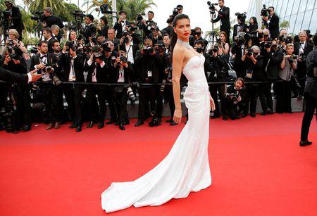 Nguoi mau bach tang tu tin khoe dang tai Cannes - Anh 8