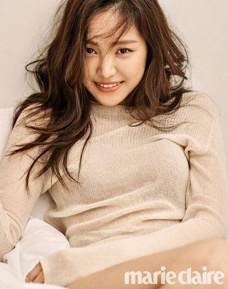 Sao Han 19/5: Soo Young goi cam hon khi 'co da co thit', Sulli lo lung tran - Anh 4