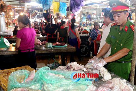 Phat hien luong lon thuc pham boc mui hoi thoi tai cho TP. Ha Tinh - Anh 1