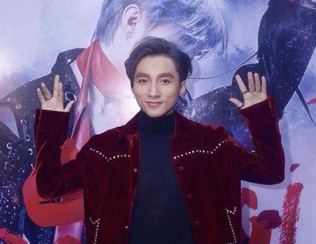 BTC bat nham 'Lac Troi' co san loi va day la phan ung cua Son Tung M-TP tren san khau - Anh 1