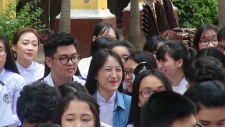 Nu sinh Trung Vuong rang ngoi trong le tri an - Anh 8
