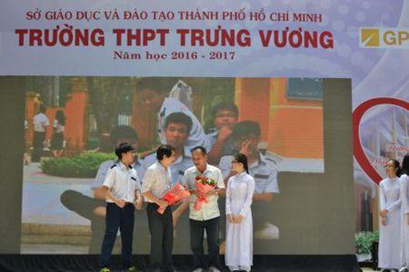 Nu sinh Trung Vuong rang ngoi trong le tri an - Anh 9