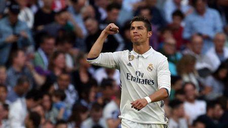 Ronaldo sap tiep buoc Messi hau toa vi tron thue - Anh 1