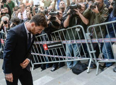 Ronaldo sap tiep buoc Messi hau toa vi tron thue - Anh 2