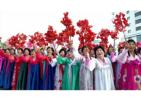 Trieu Tien rop co hoa mung phong ten lua thanh cong - Anh 1