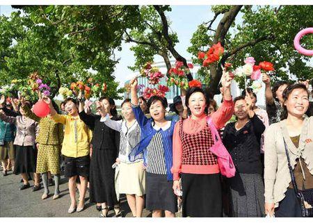 Trieu Tien rop co hoa mung phong ten lua thanh cong - Anh 7