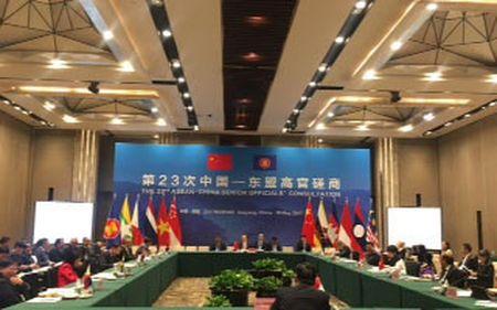 Trung Quoc khang dinh vai tro cua ASEAN, trao doi ve COC o Bien Dong - Anh 1