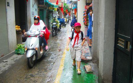 Lan duong uu tien cho hoc sinh di bo toi truong o Ha Noi - Anh 6
