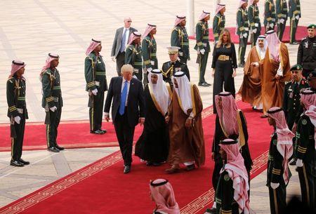 Nhung hinh anh nong am Quoc vuong Saudi Arabia chao don Tong thong Donald Trump - Anh 3