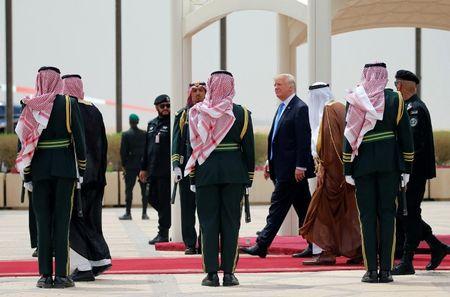 Nhung hinh anh nong am Quoc vuong Saudi Arabia chao don Tong thong Donald Trump - Anh 4