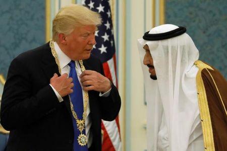 Nhung hinh anh nong am Quoc vuong Saudi Arabia chao don Tong thong Donald Trump - Anh 5