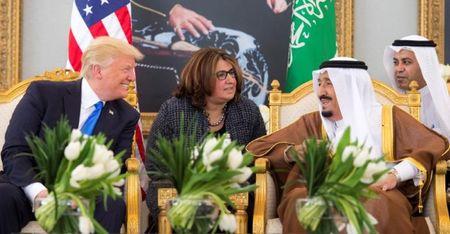 Nhung hinh anh nong am Quoc vuong Saudi Arabia chao don Tong thong Donald Trump - Anh 6