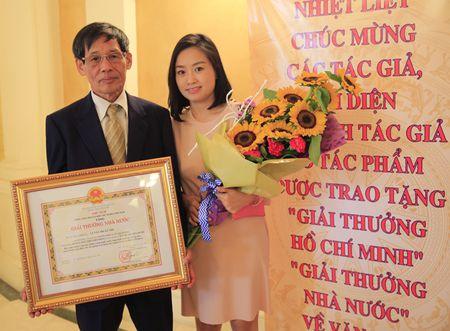 Dao dien Tran Luc dua cha di nhan giai thuong Ho Chi Minh - Anh 10