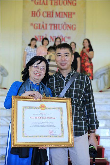 Dao dien Tran Luc dua cha di nhan giai thuong Ho Chi Minh - Anh 11