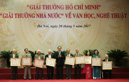 Dao dien Tran Luc dua cha di nhan giai thuong Ho Chi Minh - Anh 1