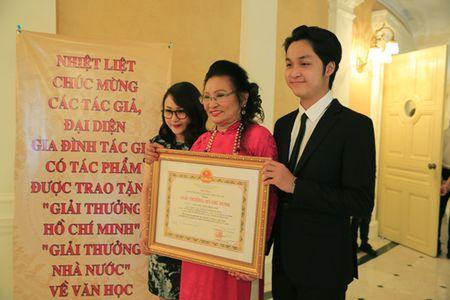 Dao dien Tran Luc dua cha di nhan giai thuong Ho Chi Minh - Anh 2