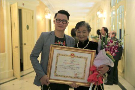 Dao dien Tran Luc dua cha di nhan giai thuong Ho Chi Minh - Anh 3