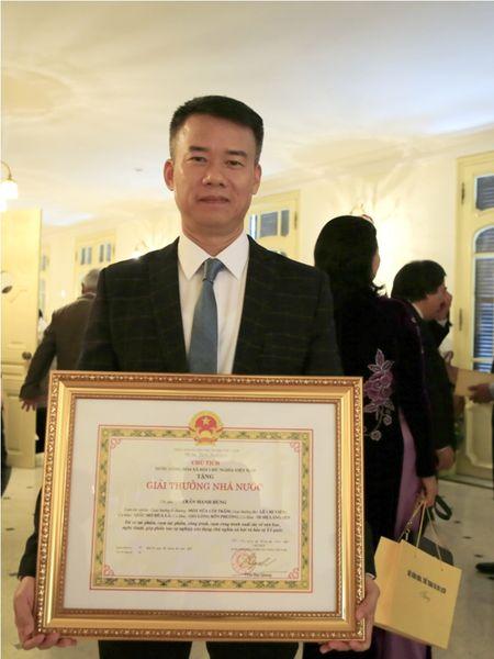Dao dien Tran Luc dua cha di nhan giai thuong Ho Chi Minh - Anh 6