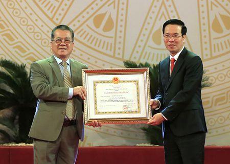 Dao dien Tran Luc dua cha di nhan giai thuong Ho Chi Minh - Anh 7