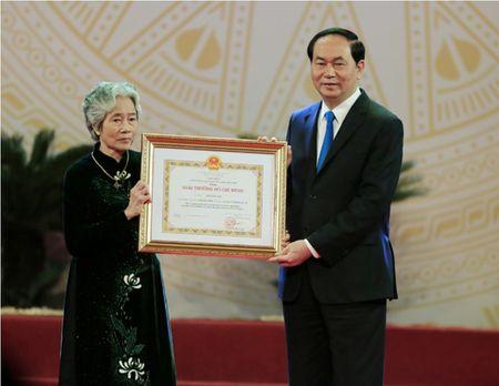Dao dien Tran Luc dua cha di nhan giai thuong Ho Chi Minh - Anh 8