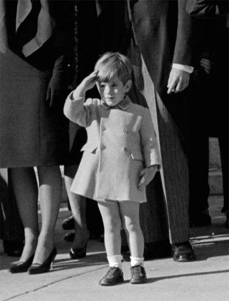 John F. Kennedy: Goc nhin moi qua trien lam anh - Anh 10