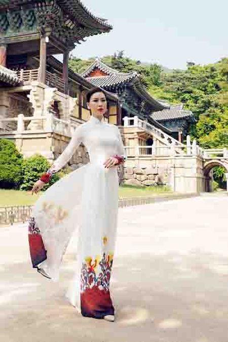 Nguoi mau Viet dien ao dai tai chua co Han Quoc - Anh 4
