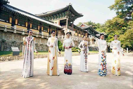 Nguoi mau Viet dien ao dai tai chua co Han Quoc - Anh 6
