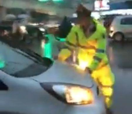 Truy tim tai xe taxi vuot den do, bat chap CSGT - Anh 1