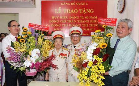 Thanh uy TP Ho Chi Minh trao huy hieu Dang cho cac dong chi lao thanh cach mang - Anh 1