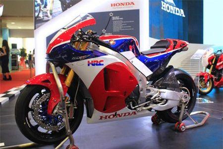 XE 'HOT' NGAY 20/5: Nu biker Viet duyen dang ben Honda MSX125, moto gia 5,5 ty dong ve Viet - Anh 3