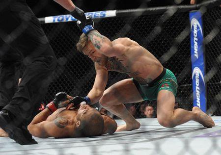 Clip: Nhung pha 'choi ngu va nhan cai ket dang' trong lich su UFC - Anh 1