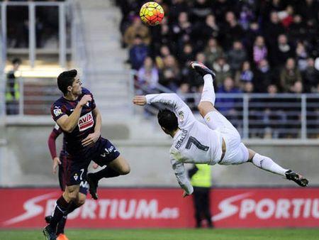 Clip: Nhung pha 'nga ban den' dep mat cua Ronaldo va Messi - Anh 1